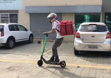 Entregador aluga patinete para trabalhar com aplicativo de pedidos em Goiânia