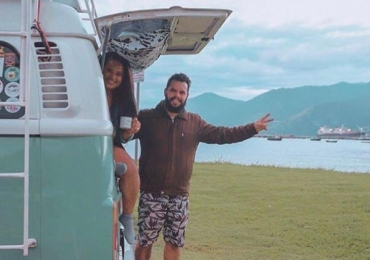 Casal goiano viaja pelo Brasil em uma Kombi e trabalha na estrada