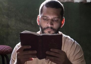 Ator Armando Babaioff vem para Goiânia na estreia de Homem Livre