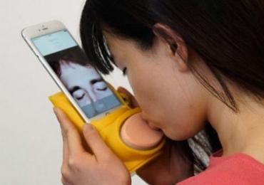 Aparelho inédito para celular permite beijo na boca à distância