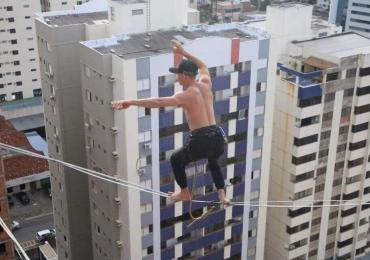 Homem se equilibra em corda a cerca de 50 metros de altura em prédio de Goiânia