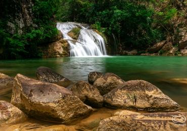 Descobrimos uma cachoeira surreal em Goiás que é um verdadeiro cenário de filme