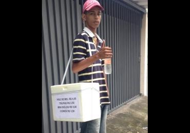 Garoto posta foto vendendo doces e afirma: 'Vergonha é minha mãe ir me visitar no presídio'