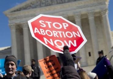 Donald Trump proíbe financiamento a entidades que defendem aborto