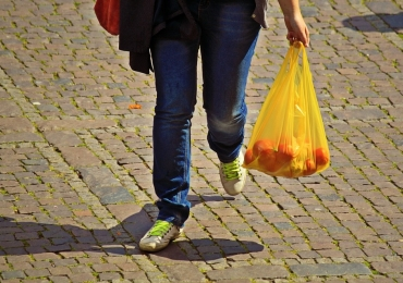 Comércio deve ser obrigado a dar sacolas para clientes fazerem coleta seletiva em Goiânia