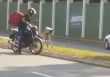 Motociclista entregador dá pauladas e derruba radar móvel em Goiânia; assista vídeo