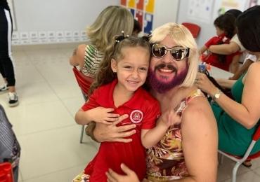 Pai viúvo se veste de mulher para comemorar o Dia das Mães na escola de sua filha em Goiânia