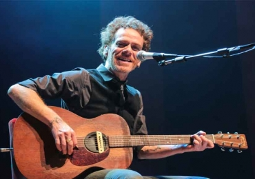 Nando Reis faz show voz e violão em Uberlândia e promete emocionar os fãs