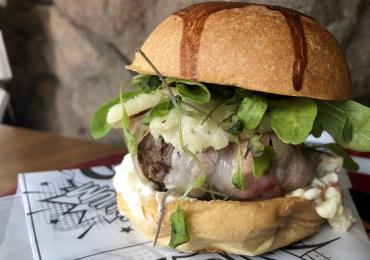 Hamburgueria em Águas Claras cria receita especial para comemorar Dia Internacional do Bacon