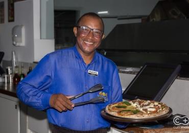 Conheça o Reginaldo, eleito o melhor garçom de Goiânia pelo voto popular