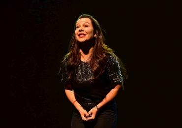Fernanda Souza apresenta a comédia 'Meu Passado Não Me Condena' em Goiânia