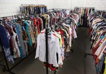 Bazares de roupas e acessórios em Uberlândia têm peças a partir de R$ 2