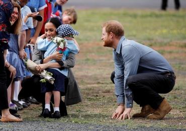 Garotinho de 5 anos quebra protocolo e abraça Principe Harry e Meghan na Austrália, assista: