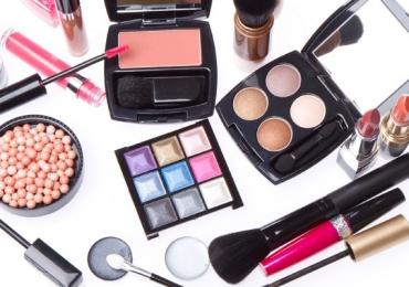Grande empresa de cosméticos troca embalagem vazia por maquiagem grátis