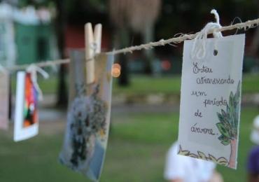 Calçada no centro de Goiânia recebe varal de poesia, distribuição de livros e música ao vivo