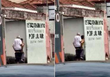 Homem carrega idoso nas costas até o destino dele em Uberlândia
