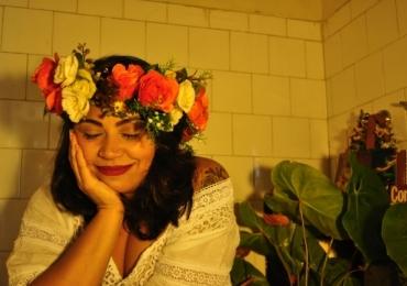 Cantora chilena, Claudia Manzo faz show no Teatro de Bolso do Mercado em Uberlândia