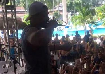 Após pagar fiança e ser solto, Naldo Benny faz show em confraternização da PM