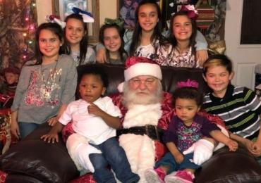 Casal adota nove irmãos para que eles comemorem o Natal todos juntos
