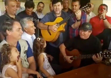 Amado Batista toca violão para Bolsonaro e Caiado em sua fazenda no interior de Goiás