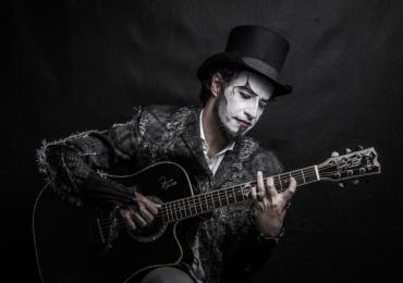 Fernando Anitelli apresenta o Teatro Mágico ao estilo voz e violão em Uberaba