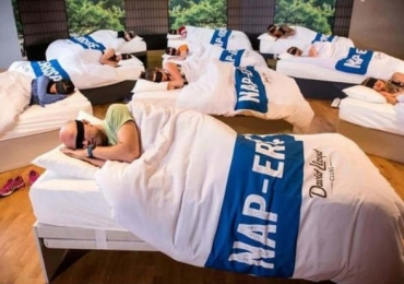 Academia cria aula de soneca para alunos cansados