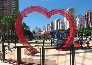 Nova praça de Goiânia ganha monumento em forma de coração para receber 'cadeados do amor'