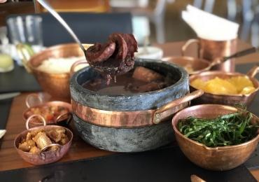 Restaurante de comida baiana e carioca combina música e feijuca em um sábado bem leve em Goiânia