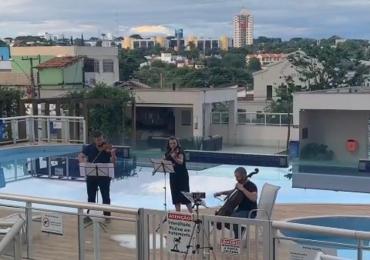 Músicos surpreendem vizinhos tocando ao vivo para alegrar quarentena em condomínio de Goiânia