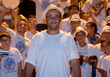 Maestro da Orquestra de Cavaquinhos se apresenta em Brasília