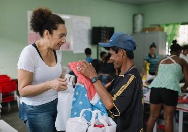 Projeto solidário arrecada roupas para comunidade carente em Brasília