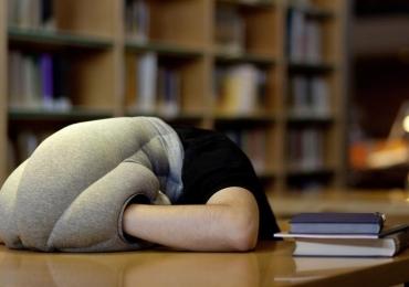 Criaram o travesseiro perfeito para você dormir em qualquer lugar