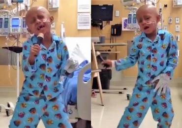 Garoto comemora fim do câncer dançando Michael Jackson