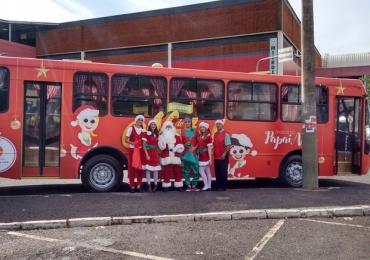Ônibus do Papai Noel oferece passeios gratuitos e recheados de atrações em Uberlândia Veículo temático circula pela cidade até a véspera de Natal