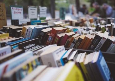 Caminhão-biblioteca distribui livros literários em escolas públicas de Goiânia