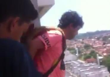 Homem compra paraquedas pela internet, salta de varanda e reações são hilárias