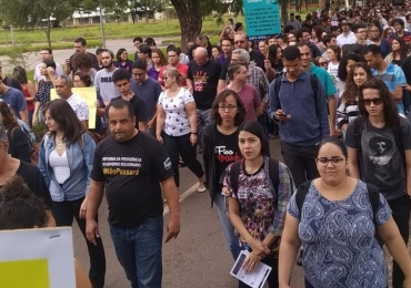 Protesto reúne milhares de pessoas em Goiânia