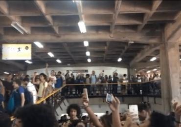 Estudantes da UnB interrompem almoço no RU para cantar 'Evidências' em coro; assista