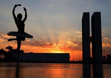 Grupo de balé faz última apresentação gratuita em cartão postal de Brasília