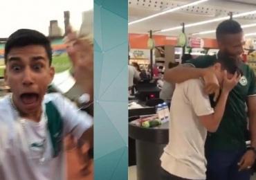 Após aparecer no Fantástico, torcedor 'vidente' do Goiás recebe visita do Rafael Vaz e se emociona