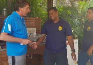 Bolsonaro faz piada com facada durante churrasco