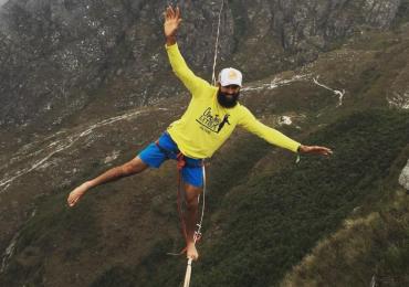 Morador de Goiás bate recorde ao atravessar quase 1km numa fita a 150m de altura em vídeo de tirar o fôlego