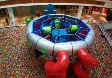 Shopping de Brasília recebe piscina com mais de 300 mil bolinhas para alegria da criançada