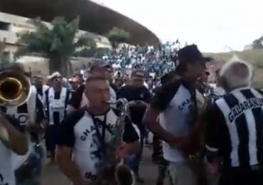 Vídeo! Torcida do Goiânia encontra a do Goiás e homenageia torcedores rivais e reação é surpreendente