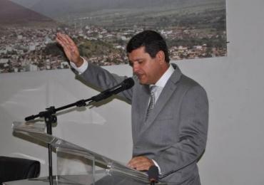 Em decreto, prefeito de cidade da Bahia entrega cidade a Deus