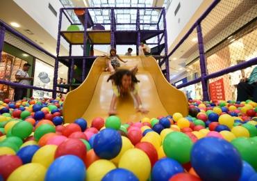 Atração gratuita de férias em shopping de Brasília agita a criançada com brinquedos famosos da cidade
