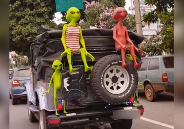 Cheio de ETs, jipe desfila por ruas de Goiânia e chama a atenção de pedestres
