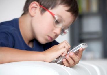 'Dar um celular para uma criança é um crime'