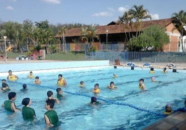 Mais de 200 vagas estão abertas para prática gratuita de natação, hidro e futebolem Uberlândia