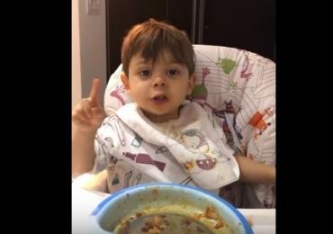 Este garotinho pedindo café é o vídeo mais fofo que você vai ver hoje